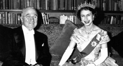 12个男人与1支 金钗 英女王与美国总统的故事图片