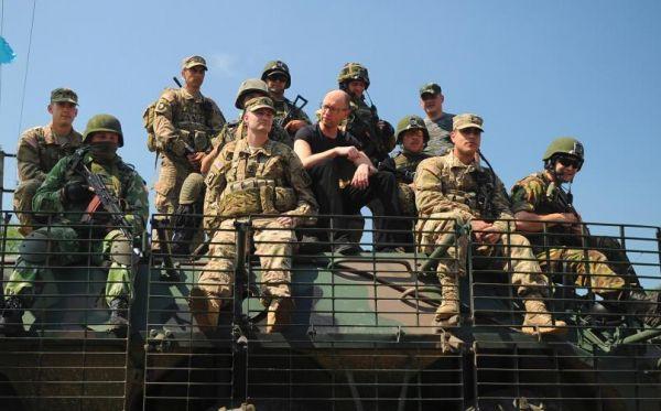 材料图:亚采纽克和乌克兰战士在一同。(图像源于收集)
