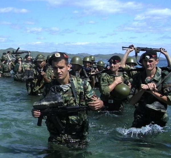 (材料图)俄罗斯水师步卒正在停止渡水登岸锻炼