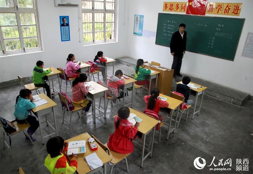 """9月7日是福州市聋哑学校学前班2015年秋季新学期开班的第一天,""""笑容"""""""