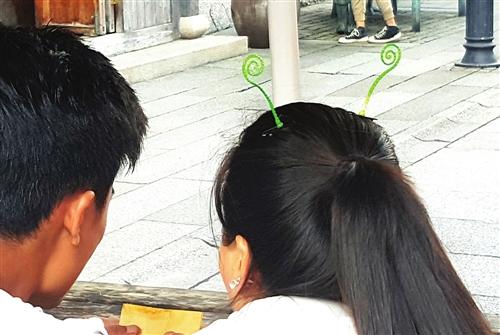 在三坊七巷,年轻姑娘头上戴着两根小豆芽