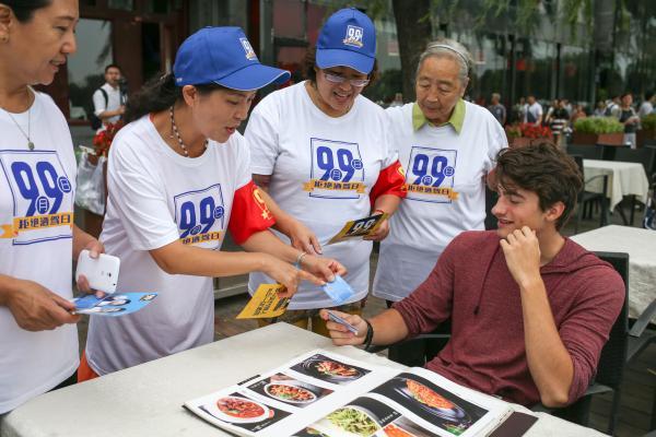 """2015年9月9日,北京举行以""""回绝酒驾,平安抵家""""为主题的""""天下回绝酒驾日""""流动。 CFP 图"""