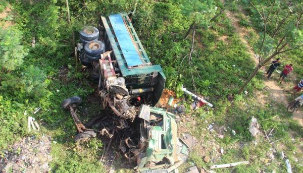 重卡司机连车带人坠下桥,掉在南渡江河岸边的草地上。