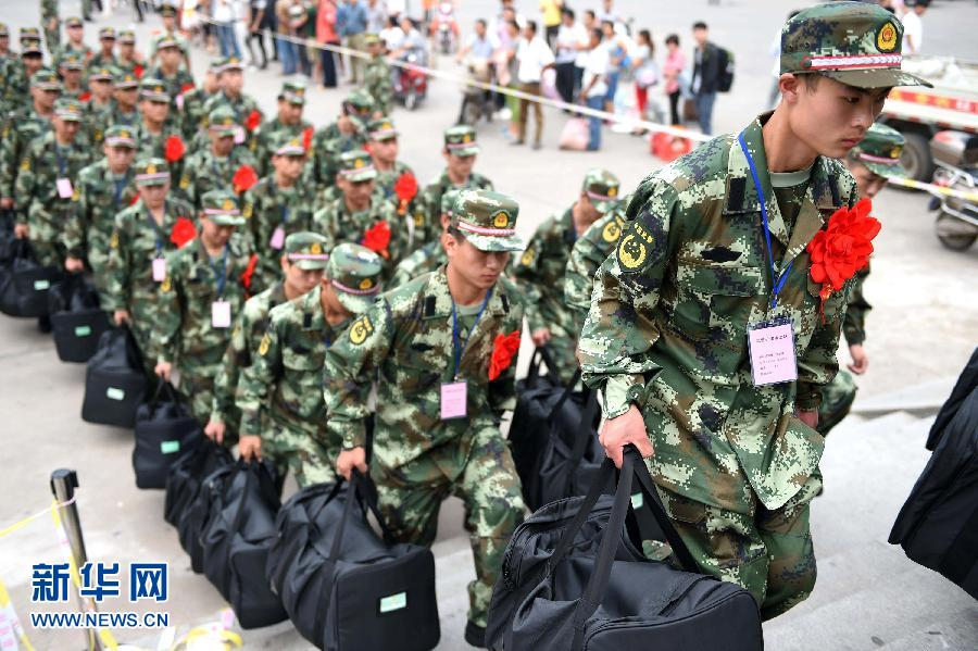 新兵入伍照片_广西兴业欢送新兵入伍地方领导群众送行广西