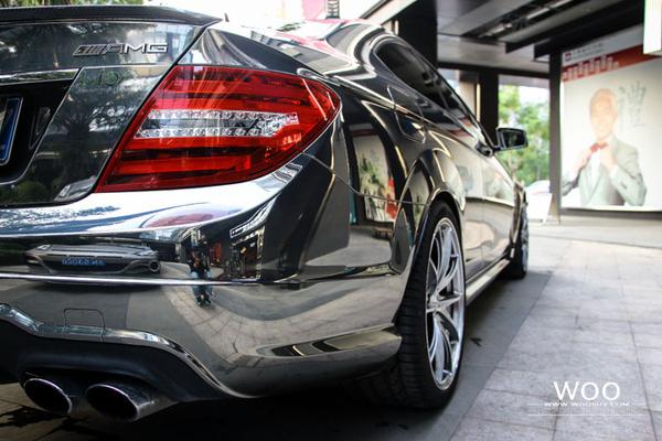 奔驰c63车身改色贴膜电镀钨钢 红黑拉花高清图片