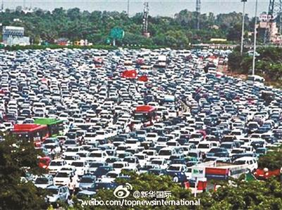 印度一条高速公路收费站广场拥堵不堪供图/新华国际