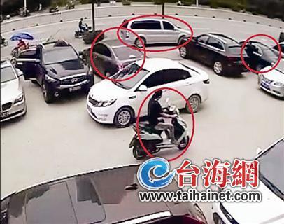 监控画面显现,28日上午,犯法怀疑人分乘2辆小车、1辆商务车、1辆助力车返回作案所在