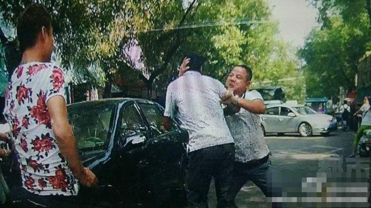 """9月10日报导,9月7日下午,渭南一辆彩色轿车与农用三轮车发作剐蹭,轿车司机拿棍殴伤农用车司机及其老婆。打人女子还宣称:""""我撞死你……"""" 在路人劝告下,打人女子与朋友驾车分开,但没想到,又追尾了他人的车。交警说,如许的事变一百块钱就能修睦,但刘某却由于愤恨损失理智。"""