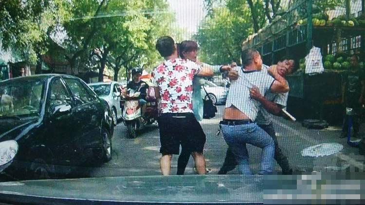 依据热情市民供给的一份视频显现,单方在就抵偿停止实践时,一位身穿红色短袖的女子就用手推了一下贺老师的老婆,单方延续争论。