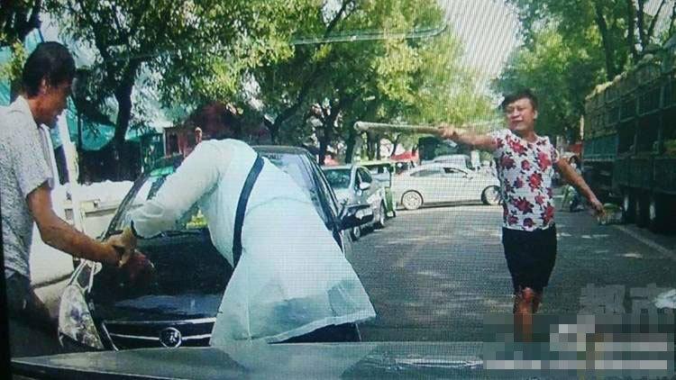 与红色短袖偕行的一位女子将木棍捡起,打人者起死后疾速坐进轿车驾御室,启动往前行驶,几乎将贺老师佳耦撞倒。有热情市民上前停止劝止,但红色短袖女子还驾车欲抵触,并威逼热情市民连忙闪开。领前,红色短袖女子和火伴驾车分开现场。