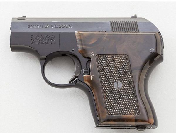 图中的这把枪仅仅瓦科市警方在新闻公布会上用来阐明状况的同型枪械,并不是当事男子身上的那把枪。