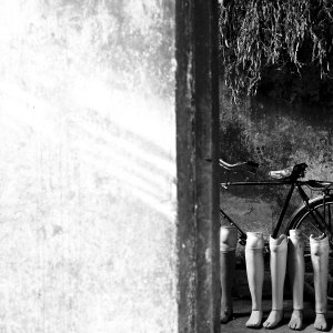图为王咪义家中的假肢