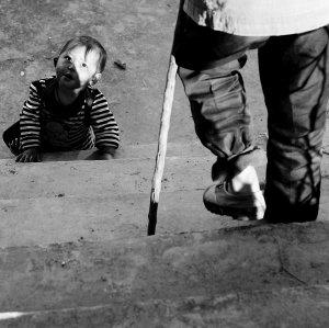 村里的孩儿端详着一名触雷者