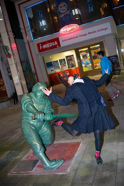 日本雕像被打屁屁还那么开心1女人站着的图片搞笑被玩哭了图片