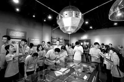 """""""两弹一星""""纪念馆内展出的东方红1号1:1模型。京华时报记者赵思衡摄"""