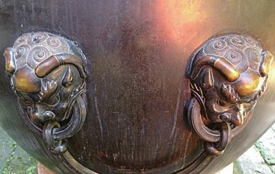 故宫铜缸上被刻出心形图画和姓名明晰可见。微博图像