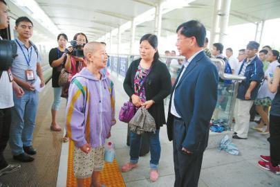 9月9日,分隔37年的李孝楠和李孝琼兄妹在德阳火车站重逢。