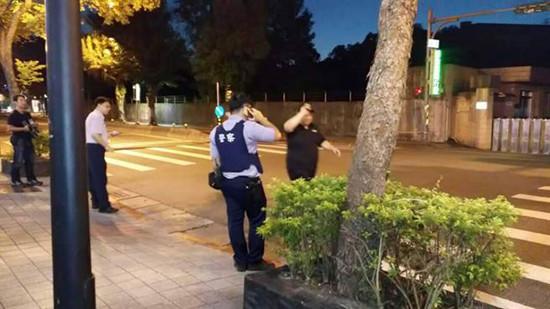 许姓恶少在辛亥地道前抗捕,警方开14枪仍被逃逸,许在晚间露面投案。