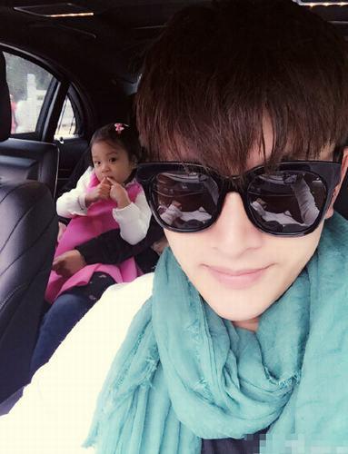 自拍照造型怎么摆_贾乃亮与女儿合影 甜馨凹造型抢镜