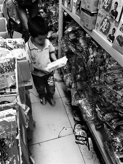 姚故里归纳商场里堆积着很多五毛食物,有些商贩拿不出质检证