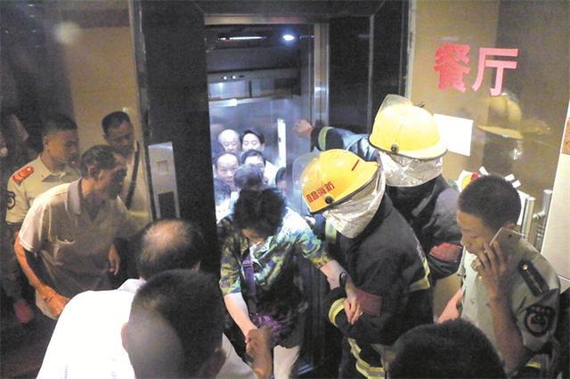 9月11日早晨9点多,位于伍家岗伍临路某旅店的电梯发作妨碍,12人被困电梯,伍家消防中队接到报警后立刻赶赴现场处理,胜利救出被困职员。