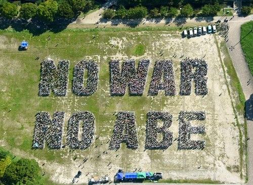 """�s7000人分列出""""NO WAR NO ABE(否�Q和平,否�Q安倍)""""的字�印�"""