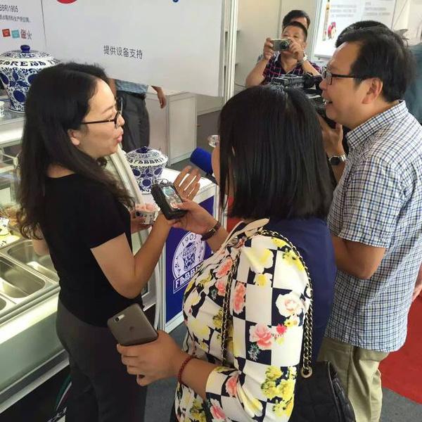 扬州丝路中外美食展上扬州电视台采访法布芮