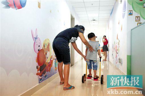 患儿在导师和家长的陪伴下做康复治疗。