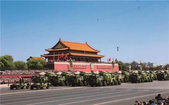 红旗9 地空导弹方队通过天安门。中国航天科工集团研制生产,目前已经出口到乌兹别克斯坦和土库曼斯坦。CFP
