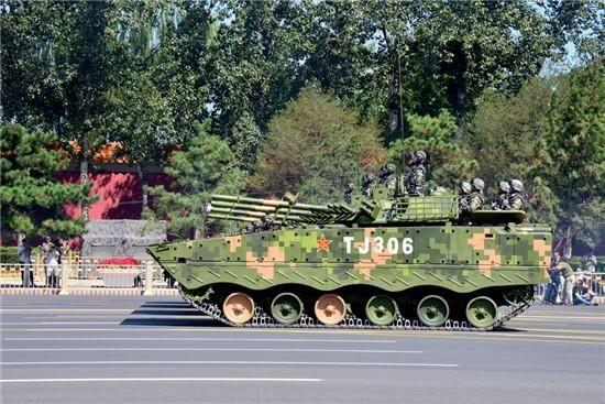 "99A 型坦克方队。该坦克由中国兵器工业集团公司研制生产,号称""陆战之王"",这是该坦克第一次在国内登场。CFP"