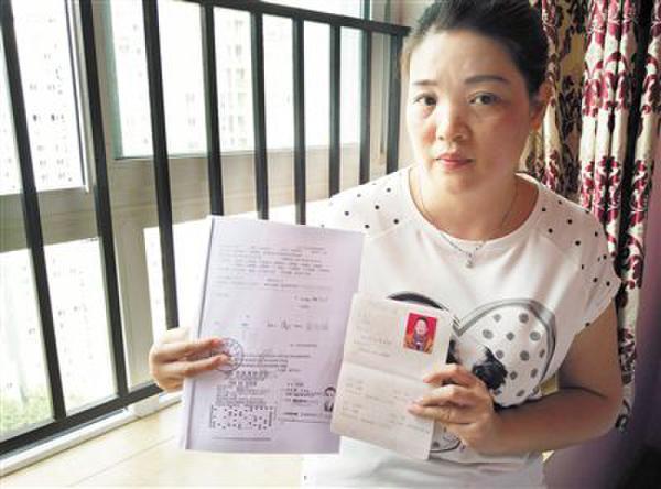 昨日,袁丽手中的离婚证和彩票凭证显示,中奖彩票是离婚前购买的。
