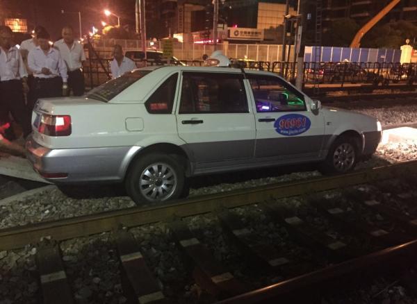 上海市一辆出租车于9月15日凌晨不小心开到了比路面低很多的铁轨上。