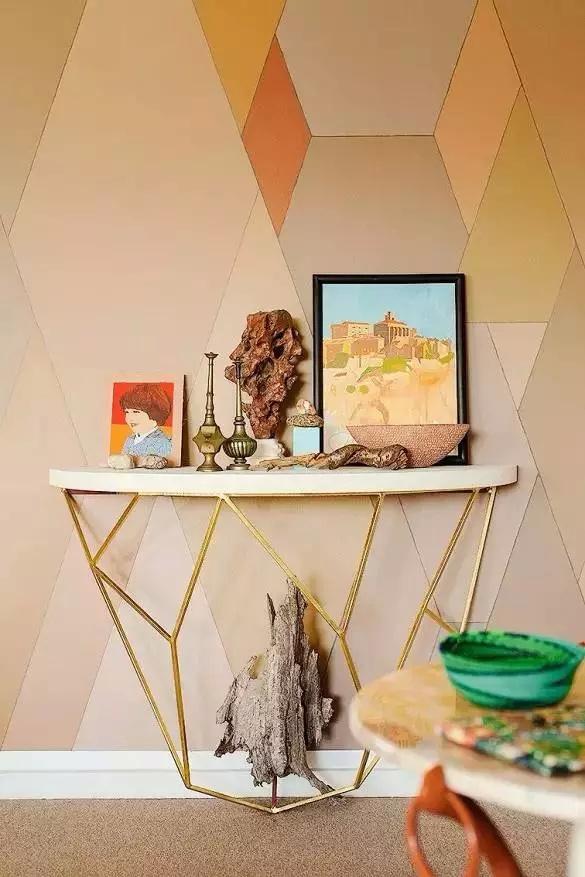 玄关柜是个亮点,与墙面的几何图形一样的造型,台面的摆件,丰富而又章图片