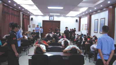 上图:在抓捕现场,所有涉案人员被警方控制住。