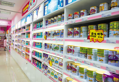各大超市的婴儿奶粉柜上,各种品牌、各个阶段、各个规格的奶粉品类繁多,配方复杂,让人选择困难。 长沙晚报记者 邹麟 摄