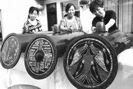 """大型螺钿漆器《天人合一》是由国家级非物质文化遗产稷山螺钿漆器髹饰技艺的省级传承人李爱珍历时一年之久制作而成,整个作品由3个长120厘米、宽53厘米的瓦当组成,每个瓦当的图案不同,寓意不同,分别为""""金乌神鸟""""、""""玉兔蟾蜍""""、""""益延寿"""",代表太阳、月亮、延寿,寓意祖国繁荣昌盛,人民幸福安康。图为9月7日李爱珍与当地民间艺人在对《天人合一》做髹饰。"""
