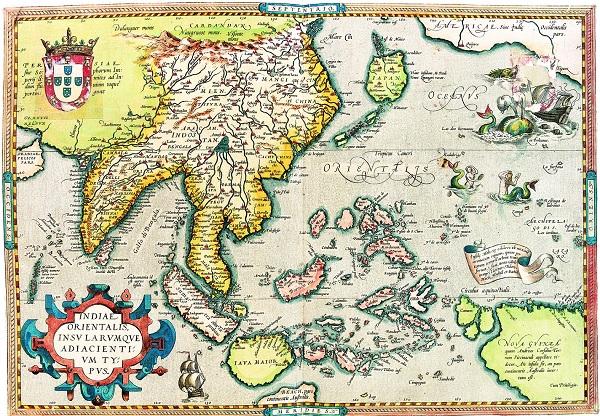 图3,迪奥戈欧蒙,世界航海地图集。东印度群岛地图,里斯本,1565年,羊皮纸小画像,圣彼得堡,俄罗斯国家图书馆   1557年,葡萄牙人终于得到了澳门。(葡萄牙人在这一年只是得到了在澳门的居住权,明朝政府仍在澳门境内行使主权。1887年,澳门正式成为葡萄牙的殖民地。)作为一个永久场所,澳门容纳了耶稣会大学和最初的天主教堂。澳门逐渐成为欧洲在中国领土范围内各个渗透项目的中心。作为一个战略基地,澳门还设立了制图实验室,专门生产有价值的手绘、水彩以及饰有金箔的独特作品。在一些常常是佚名的书中,我们可以看到精