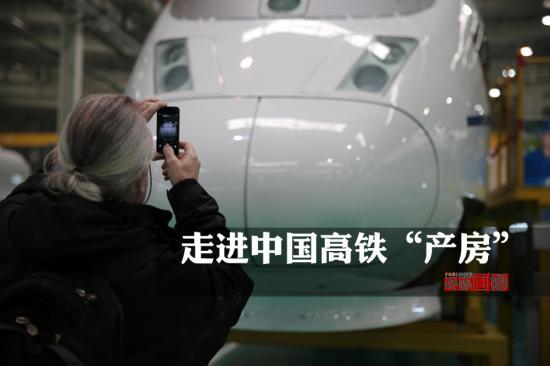 2月11日,在如今的中国春运期间,高铁以其高速、稳定、边界、高密度发挥着其他交通工具所不可替代的运输能力,在2014年中国北车出口成交额30亿美元,比2013年增加68.6%。中国北车唐山轨道客车有限责任公司产车间中,一节节轨道客车在此诞生。 中新社发 杨可佳 摄