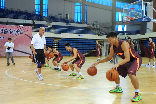 教练_NBA资深教练沈阳开班百多名大中学篮球人受益-搜狐体育