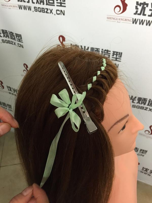 高端造型设计   四叶草彩带编发带给大家唯美气息图片