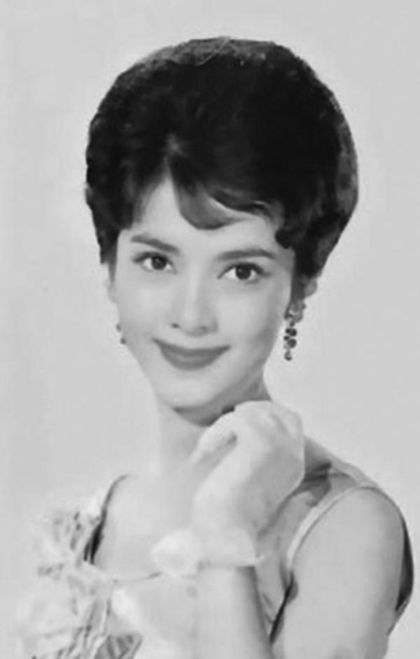 """陈思思,1938年出生于上海,原名陈丽梅,祖籍浙江宁波,后与家人迁往香港。1954年加入长城影业公司。1963年在《三笑》中饰演了秋香一角,获得观众的喜爱,成为炙手可热的一线明星,成为长城影业公司""""三公主""""。"""