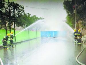 消防官兵稀释事发现场泄漏的天然气。本报记者 陆小乐 摄