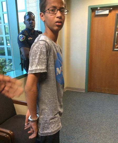 14岁的艾哈迈德·穆罕默德在黉舍被带上手铐一幕,他身上衣着NASA字眼的衣物。