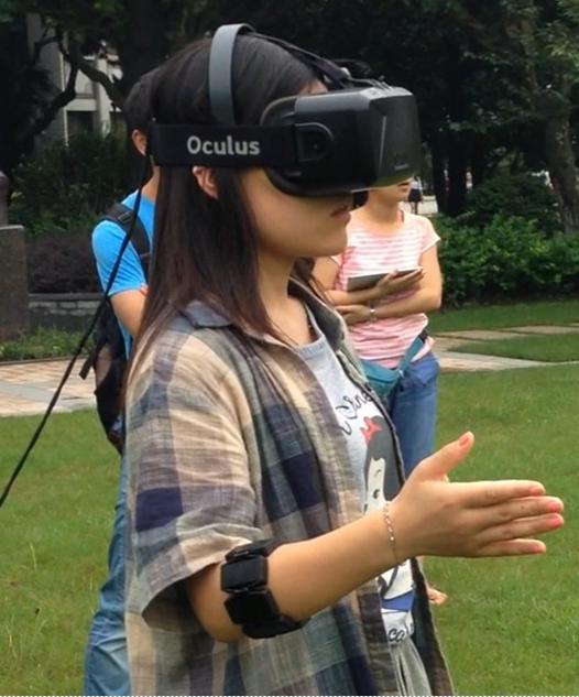 操作者穿戴脑电耳机、臂环和虚拟现实眼镜