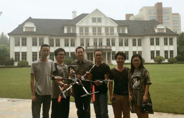 设计团队学生与指导老师在一起,左起:吴加正,朱家成,艾剑良教授,傅军,常玉虎,崔雪扬