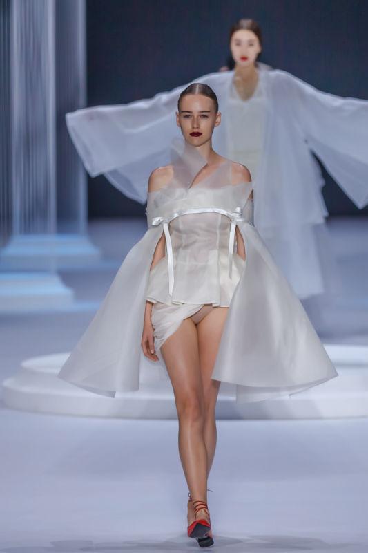 7月9日巴黎高定时装周上,来自东方的设计师兰玉在大皇宫再度开启华丽图片