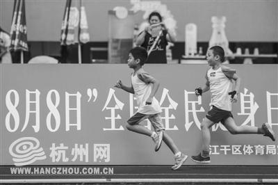 """8月8日是全民健身日。7日傍晚,全市100名孩子在江干区体育中心进行了""""小铁人三项""""的比赛。 记者 金轲 摄"""
