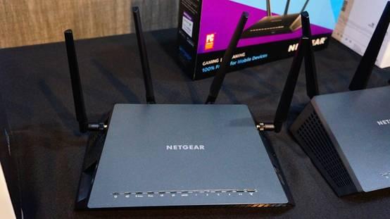 R7500是专门根据游戏玩家的需求的所设计的,采用QUAD-STREAM无线架构,能够达到2.33Gbps的极速组合网速,提供最快速的802.11AC双频无线速度和性能,可进行高强度的在线游戏、高清视频播放和移动连接。