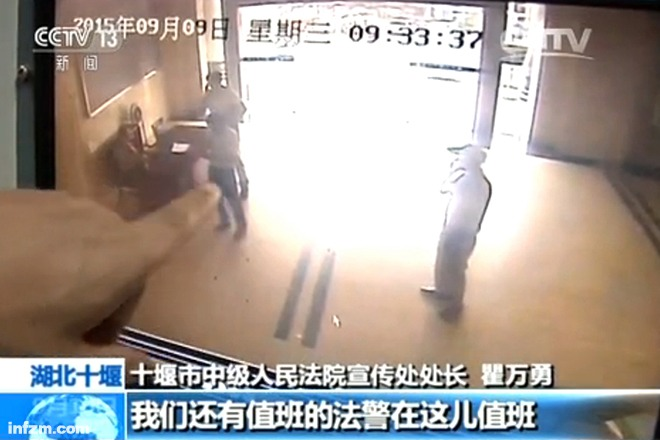 监控视频显示,由于不是庭审,胡庆刚无需过安检,就顺利地带着刀进入了法院。