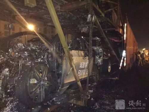 事件还没完,开始起火的名驹继而引燃了和它相邻的别的3辆名驹车,从碰击到起火到火灭延续了大略于十来分钟。若是不是消防赶到,预计别的的BMW也会遭殃。